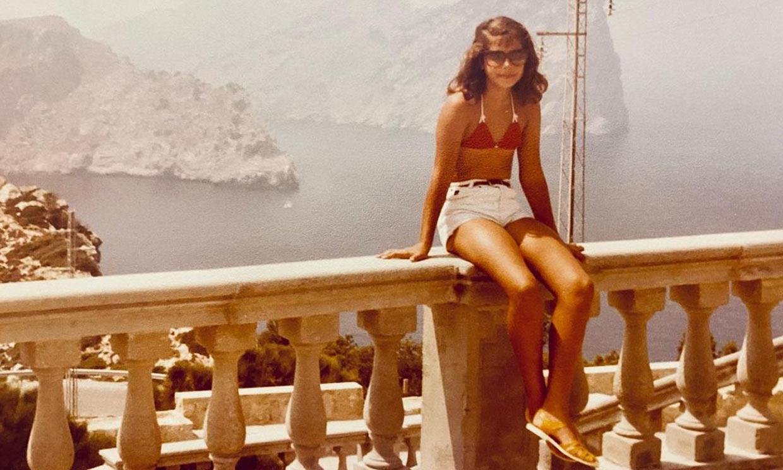 Nuria Roca rescata las fotos más veraniegas de su infancia entre hombreras y cangrejeras