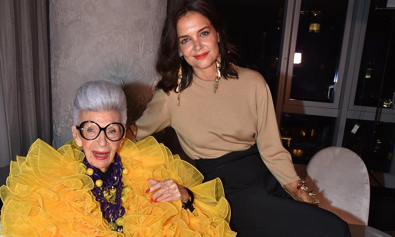 Katie Holmes asiste al 100 cumpleaños de la diseñadora Iris Apfel, todo un icono de estilo del siglo XXI