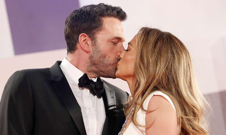 Jennifer Lopez y Ben Affleck se comen a besos en Venecia en su primer posado oficial