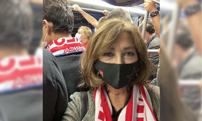 Ana Rosa Quintana, una más en el metro para ver al equipo de sus amores