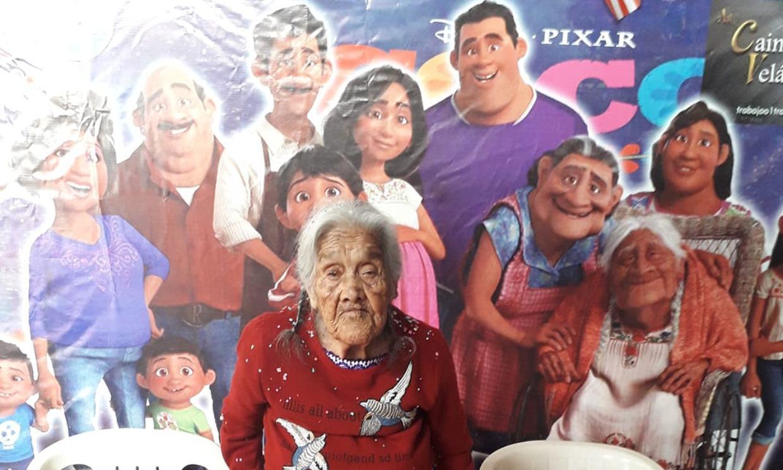 La celebración del 108 cumpleaños de la abuela que inspiró a 'Mamá Coco' (con tarta de Disney personalizada)