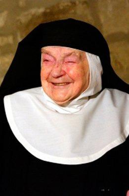 Tras 84 años enclaustrada, Sor Teresita sale del convento para ver al Papa