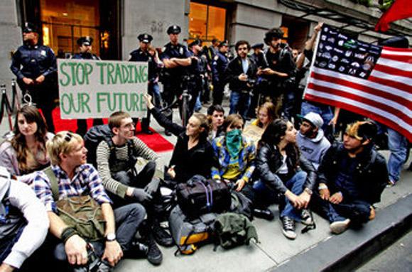 Los 'indignados' de Nueva York salen a la calle a protestar y 'ocupan Wall Street'