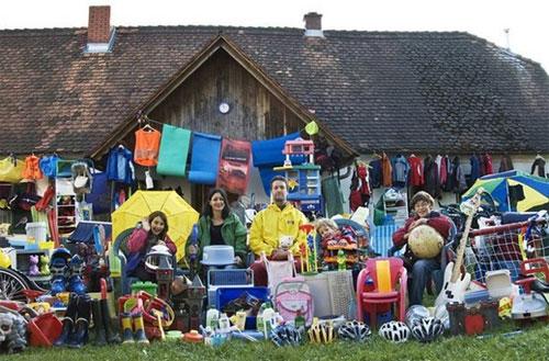 Sandra Krautwaschl, una fisioterapeuta de 40 años que vive cerca de la ciudad de Graz, junto a su marido y sus tres hijos, quienes decidieron, hace tres años, sacar a la calle todos lo productos de plástico / Efe