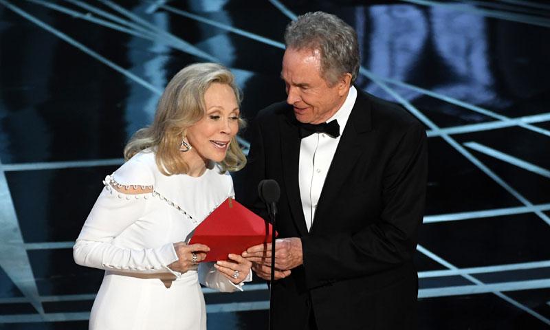 Lío en el fin de fiesta: 'La La Land' se lleva el Oscar por error cuando la película vencedora es 'Moonlight'