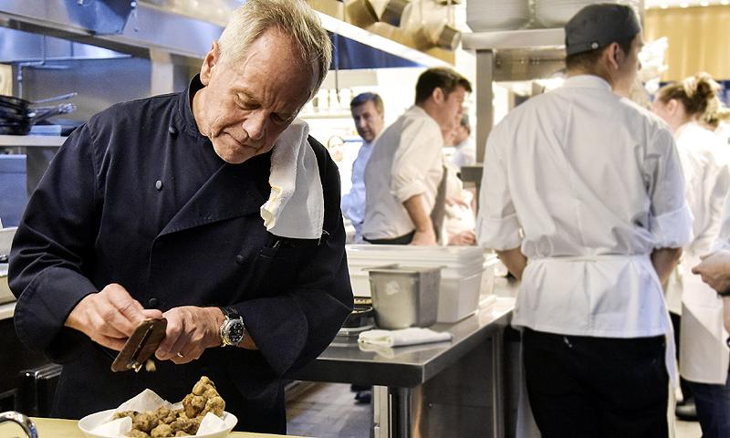 HOLA TV habla con Wolfgang Puck, el chef de los Oscar que sirve comida casera a los 1.500 invitados