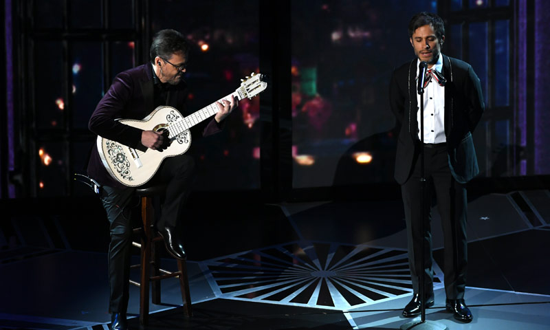 Gael García Bernal cantando la banda sonora de 'Coco', la actuación que divide las redes sociales