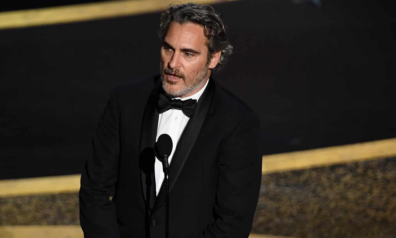 Joaquin Phoenix recuerda a su hermano fallecido al recoger el Oscar