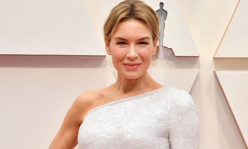 Renée Zellweger triunfa en Los Ángeles con el vestido blanco que ya adelantaron los Goya