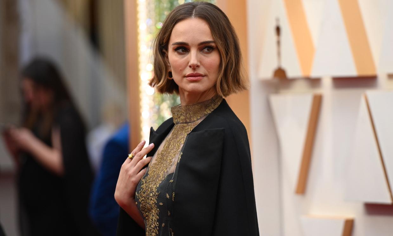 ¿Qué significado tienen los nombres que Natalie Portman llevaba bordados en su capa?