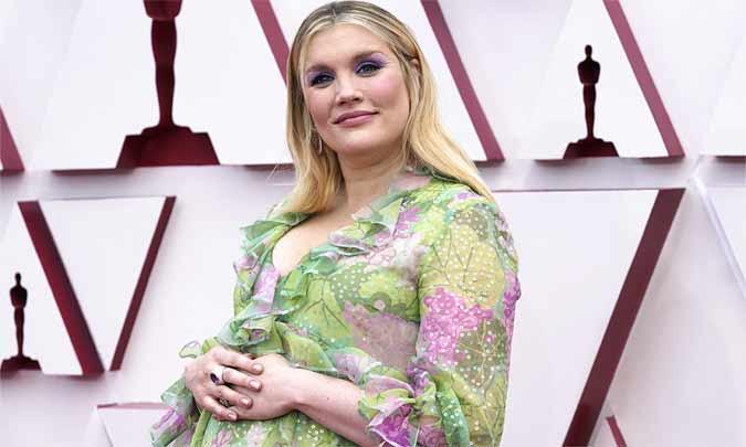Emerald Fennell presume de embarazo y se alza con el primer Oscar de la noche