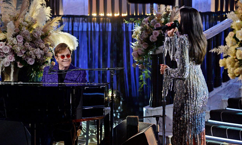 Lady Gaga, Dua Lipa y Elizabeth Hurley 'salvan' a Elton John en su fiesta de los Oscar más atípica