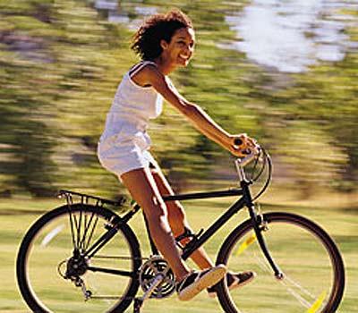 Montar en bici: el mejor ejercicio para mantener en forma las piernas y glúteos