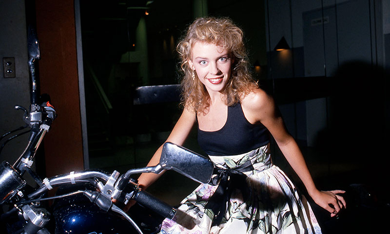 Kylie Minogue regresa a los 80 con su 'look'