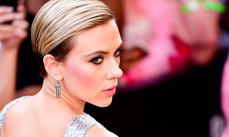 ¿Pelo corto? Scarlett Johansson tiene los 10 peinados de fiesta que estás buscando
