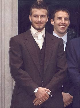 David Beckham vuelve a marcar tendencia pintándose las uñas