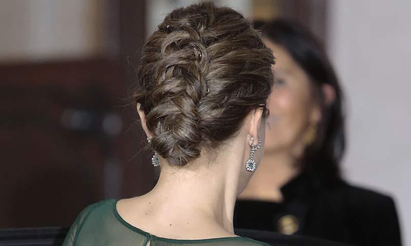 La Reina Letizia sorprende con un recogido trenzado en su visita a Portugal