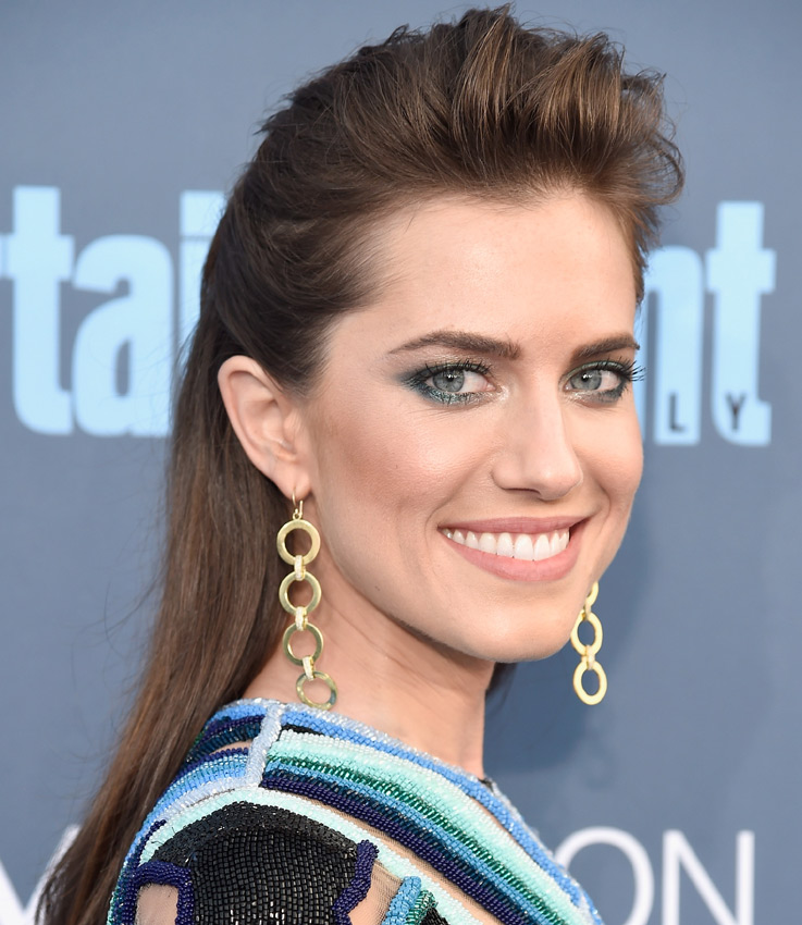 Allison Williams, Lily Collins, Bella Thorne... los 'beauty looks' más arriesgados de los Critics' Choice Awards