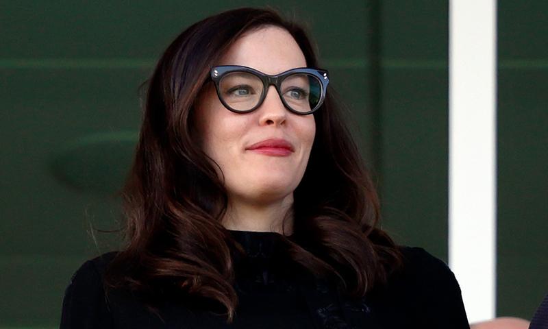 ¿Llevas gafas? Apunta estos trucos para maquillarte