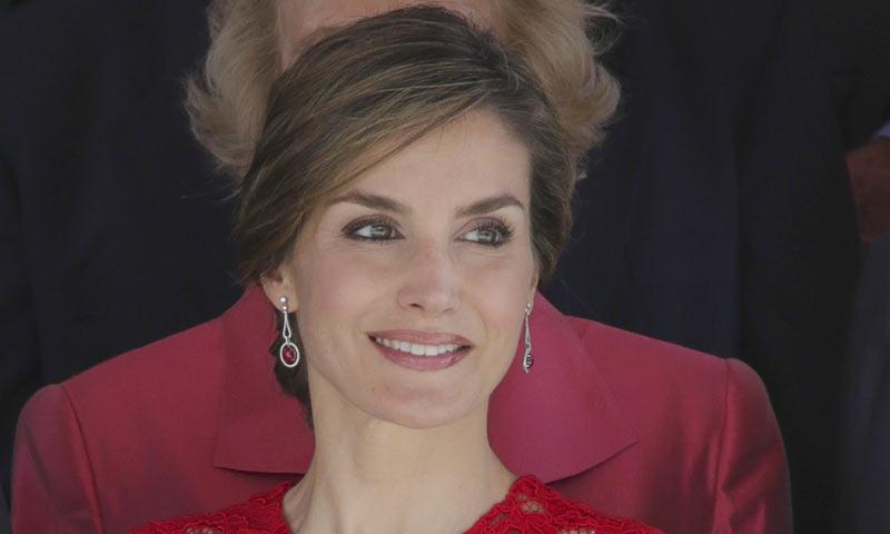 El recogido brocado de la reina Letizia, paso a paso