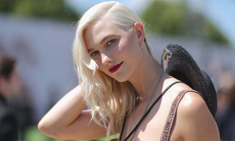 Karlie Kloss cambia de 'look' y se apunta al 'ice blonde'