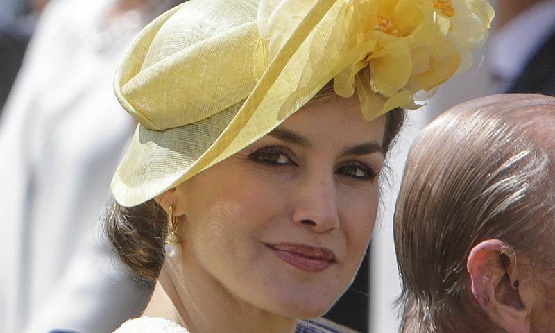 La reina Letizia estrena su peinado más español, el moño caracola