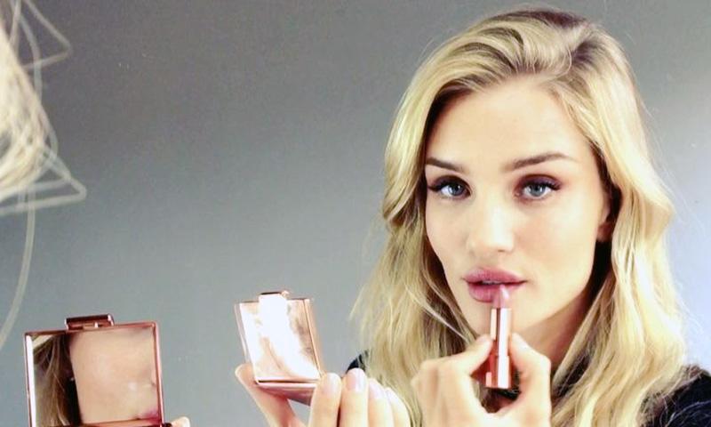 Rosie Huntington-Whiteley y los 12 productos de maquillaje que debes dominar a los 30