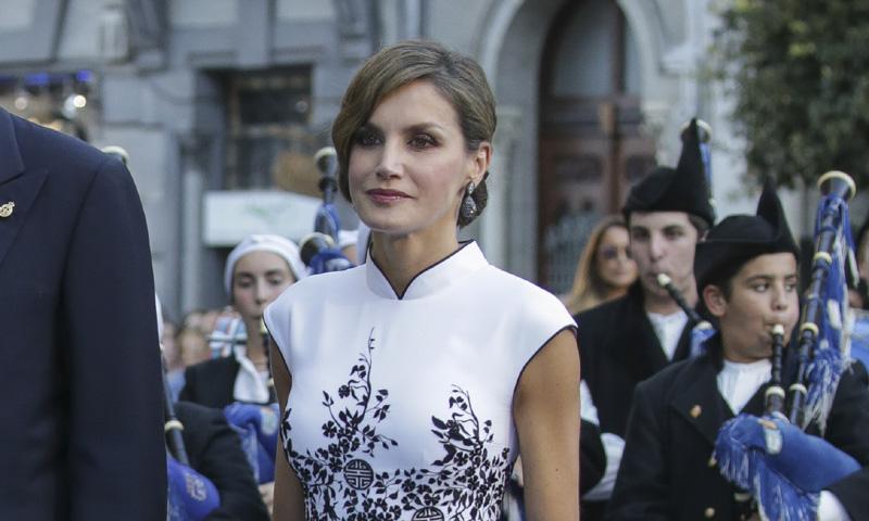 El acierto de reina Letizia: un recogido clásico para un sorprendente vestido oriental