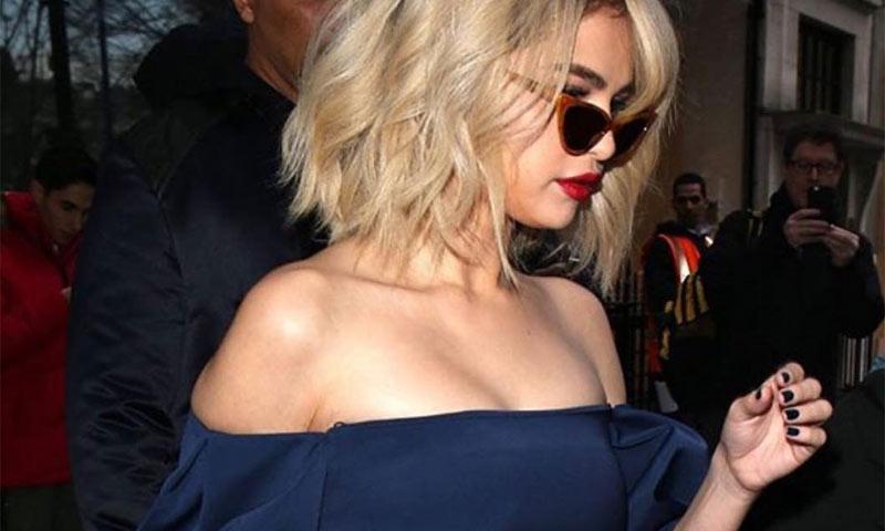 El azul 'navy' de Selena Gomez y otras manicuras perfectas para tus looks de fiesta