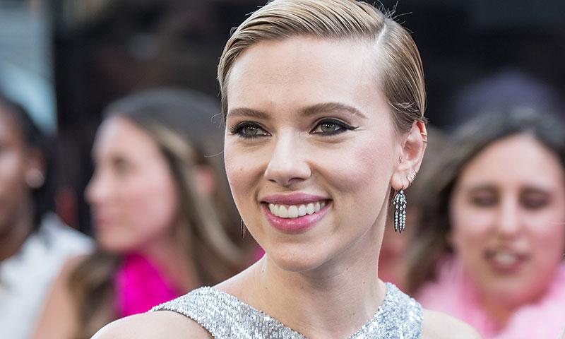 Scarlett Johansson recupera su larga melena para parodiar a Ivanka Trump