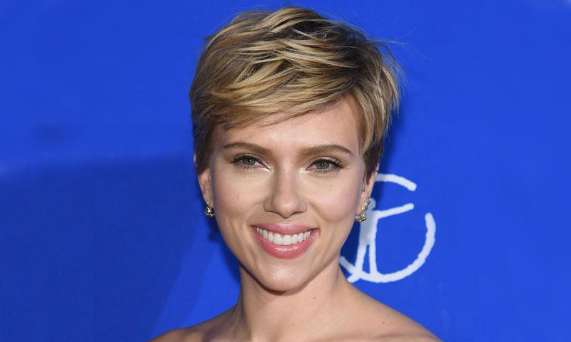 Scarlett Johansson cambia de look y abandona su melena rubia