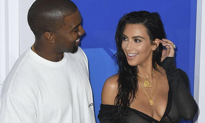 El regalo de aniversario más original de Kim Kardashian: vuelve al rubio por Kanye