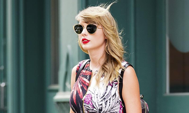 La técnica de Taylor Swift para que su pintalabios rojo dure más