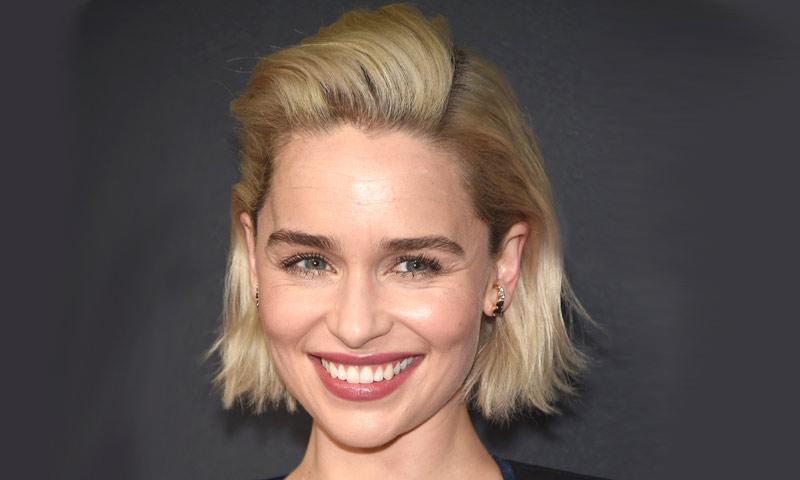 Emilia Clarke se inspira en Brad Pitt para su nuevo look