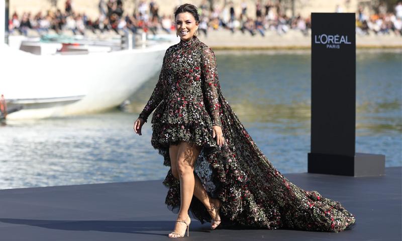 Eva Longoria desfila sobre el río Sena en Paris Fashion Week