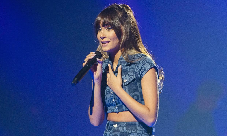 Aitana se inspira en el look que Jennifer López llevaba en los años 2000