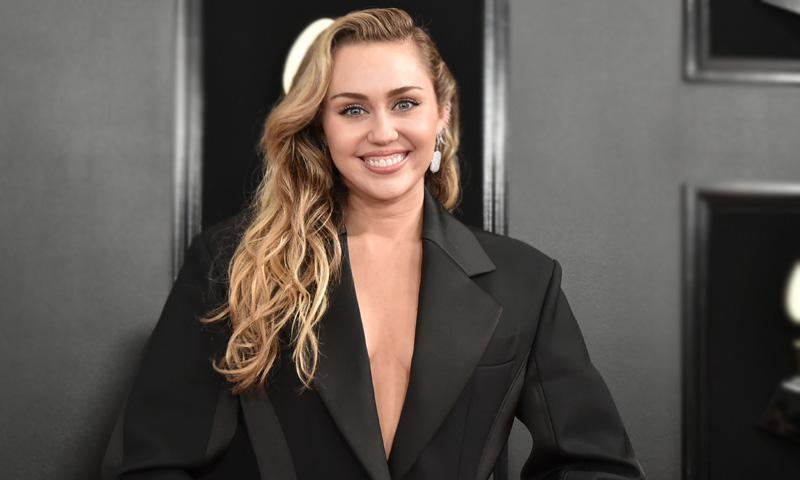Si quieres el vientre plano de Miley Cyrus, no hagas abdominales