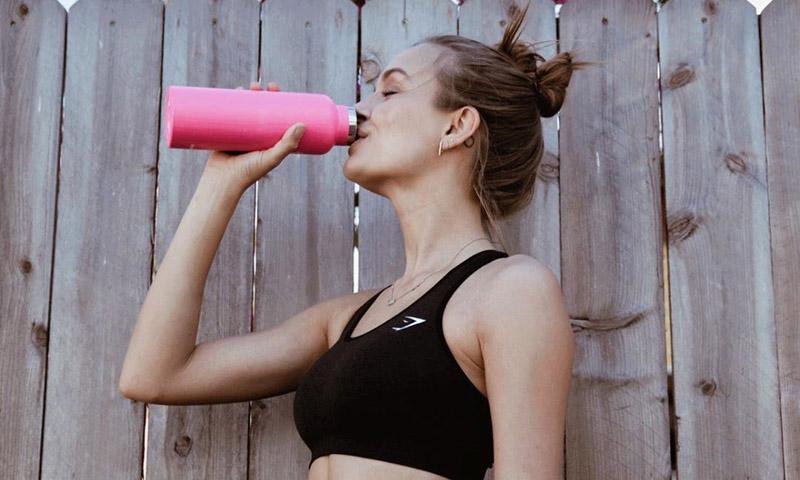 El método fitness más fácil y asequible: ponte en forma con una silla y dos botellas de agua
