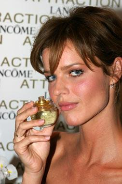 Eva Herzigova, estrella en la presentación de un perfume