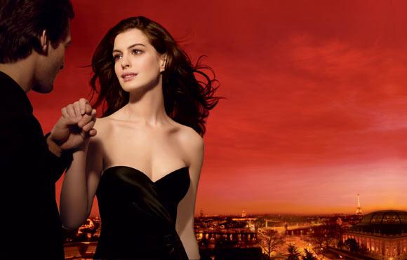 Anne Hathaway, radiante en la campaña de un perfume