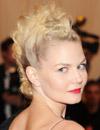 Tupés, crestas, miradas intensas... las 'celebrities' rinden homenaje al 'punk' en sus 'beauty looks'