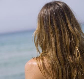 ¿Cómo influye el sol en el color de tu cabello?