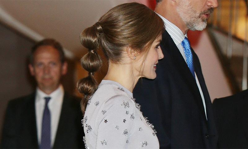 La reina Letizia vuelve a sorprendernos con un peinado inesperado: la coleta 'bubble'