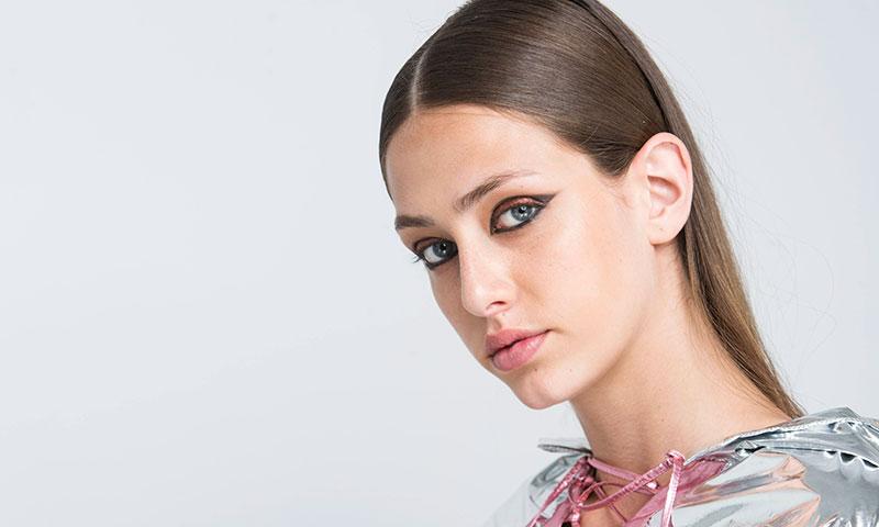 ¿Potenciar el efecto de tu 'eyeliner' gracias al peinado? Sí, es posible