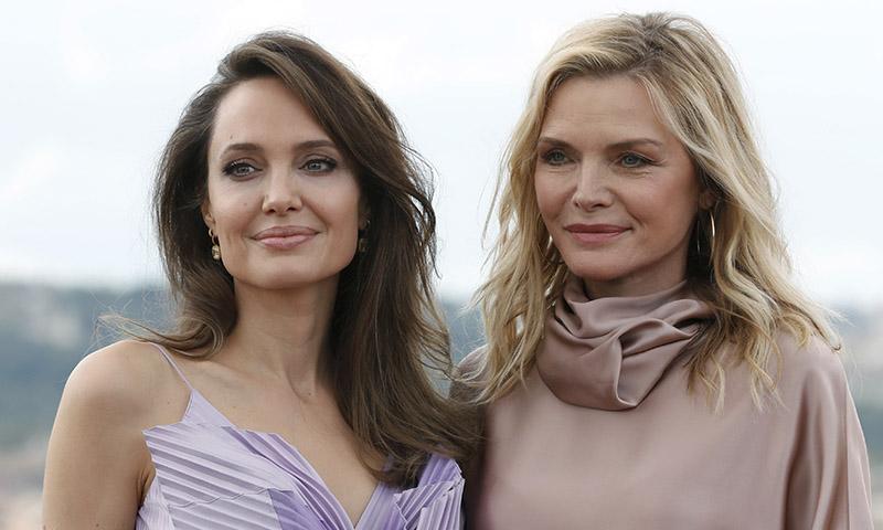 Por qué el peinado de fiesta que ha unido a Angelina Jolie y Michelle Pfeiffer favorece a cualquier edad