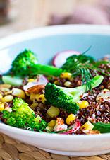 Ensalada de quinoa roja con brócoli y otros vegetales