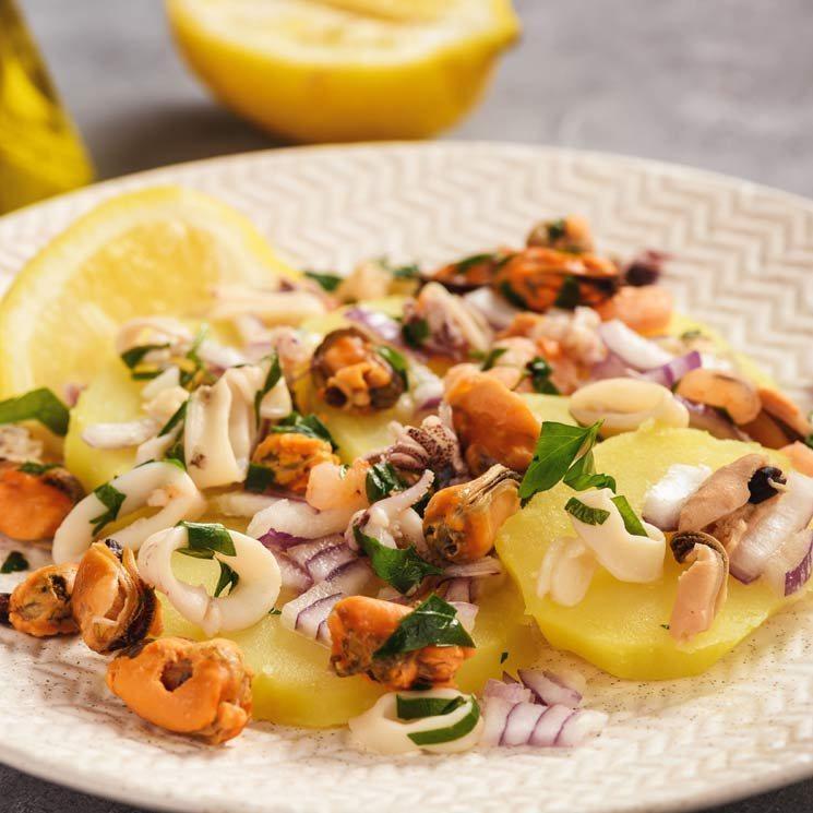 Ensalada de patatas, calamar y mejillones