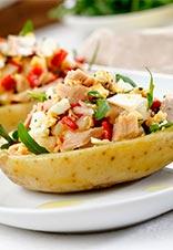Patatas rellenas de ensalada de atún