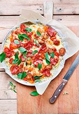 Pizza de coliflor, salami, cherrys y queso