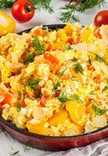 Huevos revueltos con pimientos y calabacín